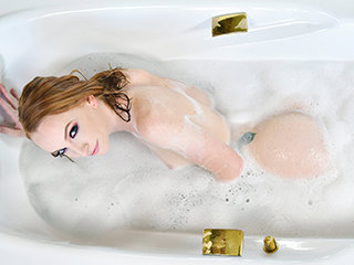 Vibrant Ginger Honey Gets Banged At Bathtime